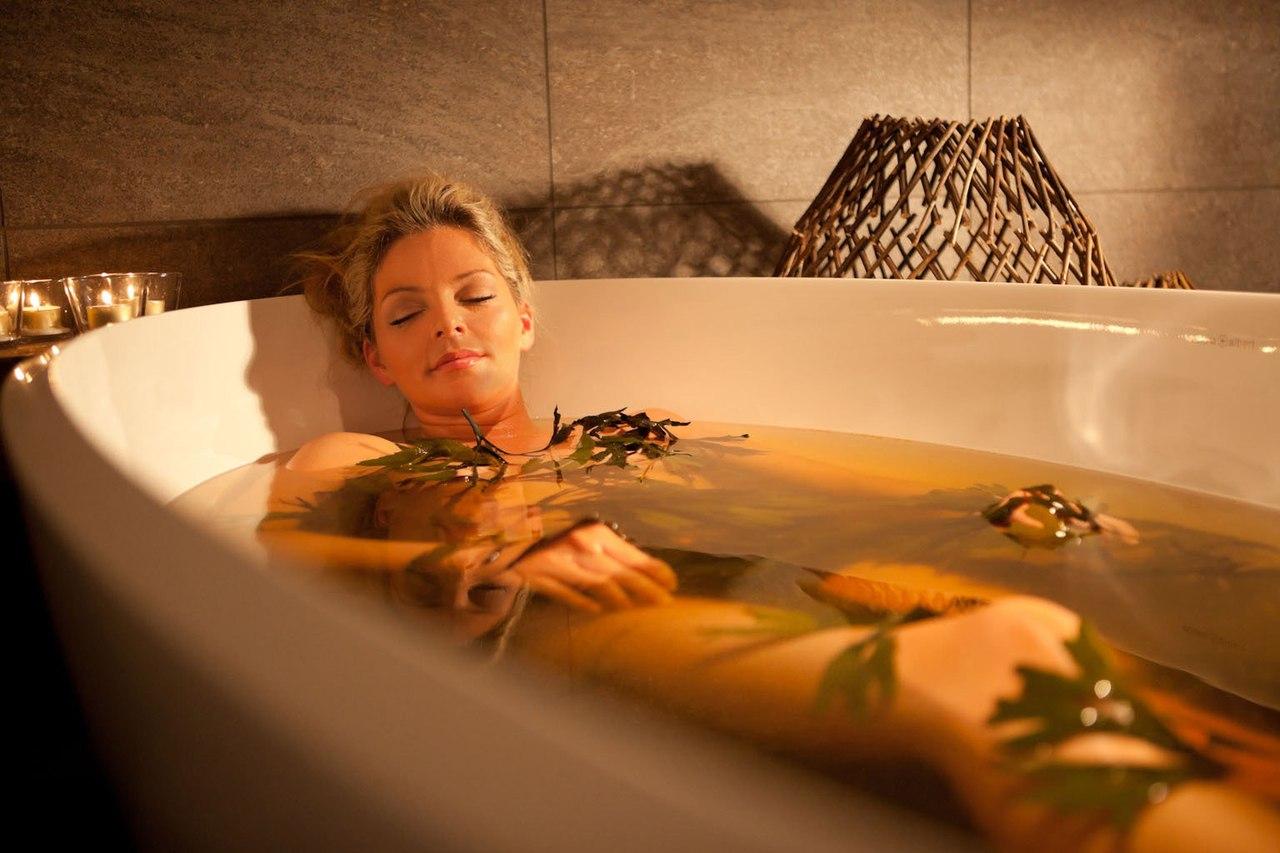 Женщина в ванне с хвоей